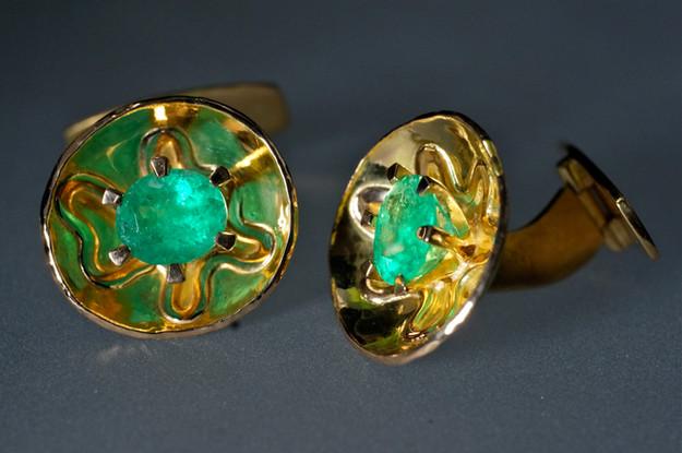 Manshettknappar i 18k guld med smaragder