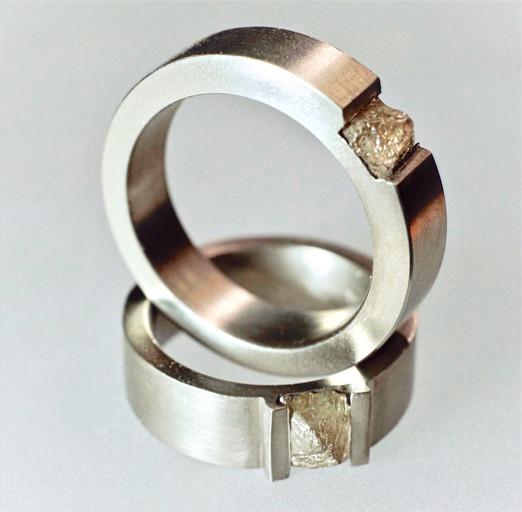 Titanringar med oslipade diamanter