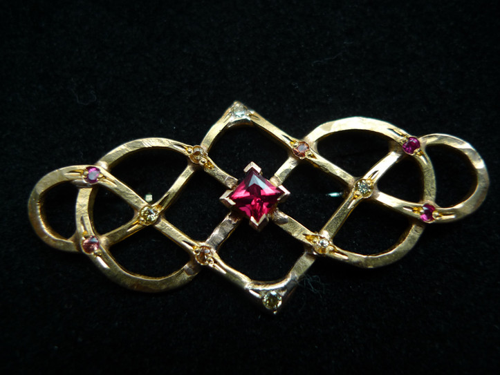 Brosch i 23k guld med rubiner & safirer