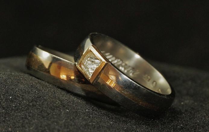 Titan & guldring med oslipad diamant