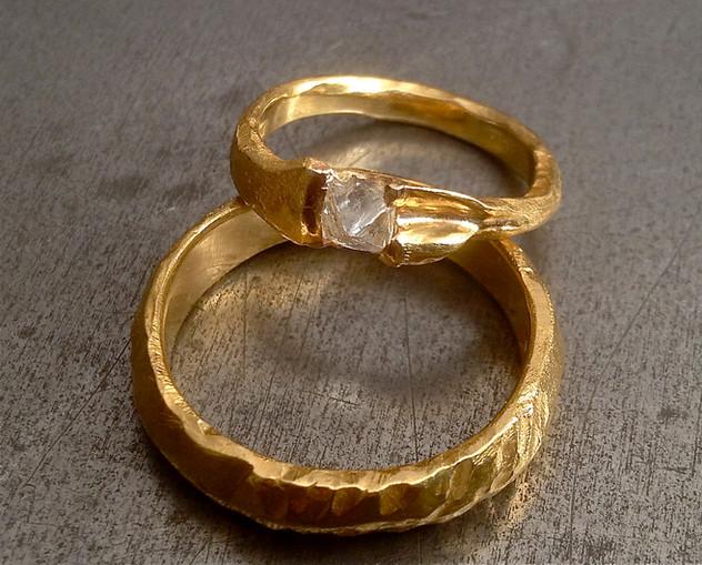 23k guldring med oslipad diamant ca 0,5ct