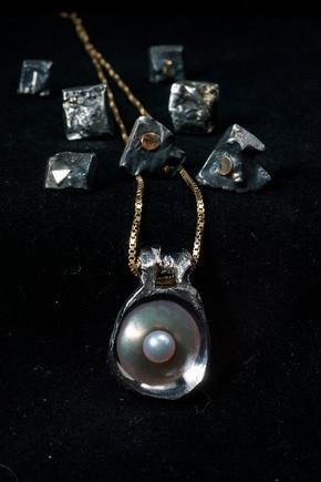 Hänge i titan med akoyapärla samt örhängen i silver med lite guld