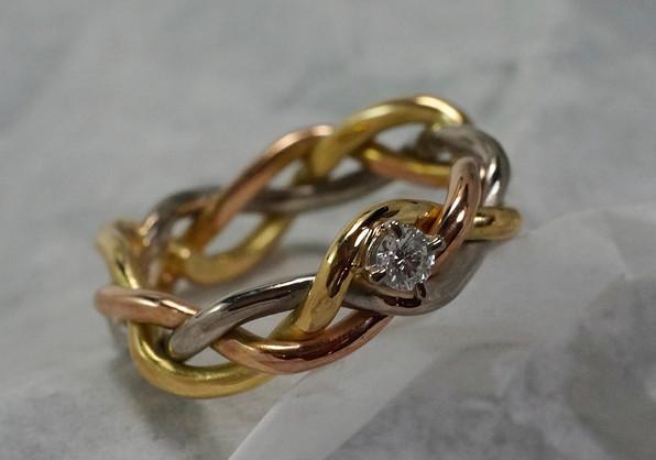 Flätad ring i 18k guld. Vitguld, extra rött och extra gult