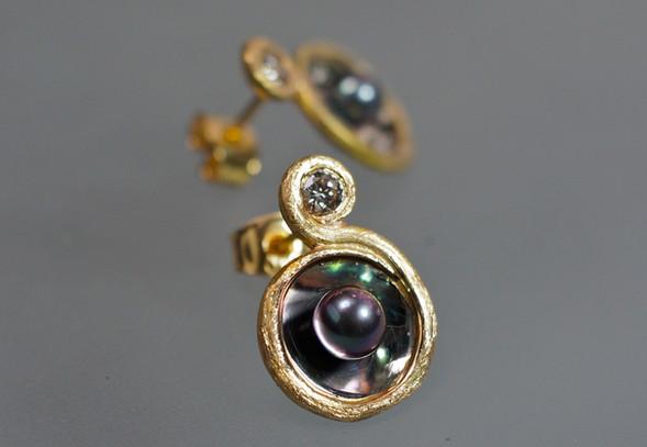 Örhängen i 18k guld & palladium med briljant och infärgade akoyapärli