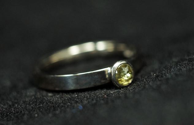 18k vitguld med rosenslipad naturligt färgad diamant