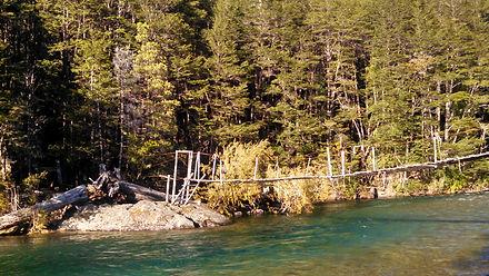Ponte suspensa sobre o Rio Azul.