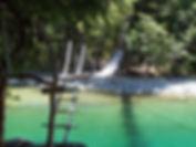 Ponte suspenso sobre o rio Azul.