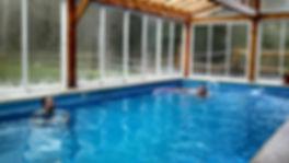 Nadando na piscina da pousada.