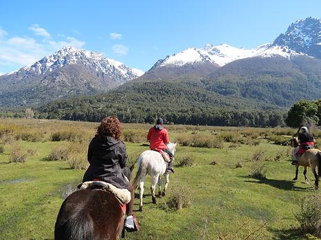 Passeio a cavalo, no fundo a montanha Tronador