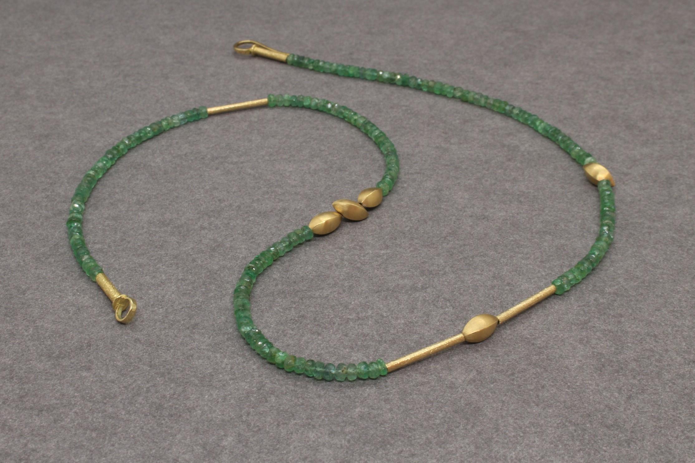 Smaragdkette mit Gelbgoldknospen
