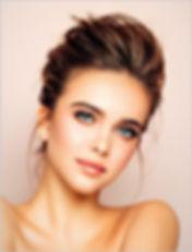 verzorgde jonge dame met mooie stijlvolle make up en mooi gestylde haren door de natuurlijke haarproducten van Medavita, verkrijgbaar bij La bazaar du haar