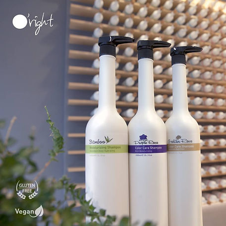 sfeerbeel van o'right shampoo flessen met de natuurlijke en gezonde shampoo van links naar rechts bamboo moisturizing shampoo, purple rose color care shampoo en golden rose color care shampoo.