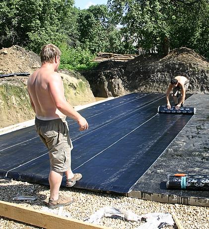 Чтобы стена простояла долгие годы, первый ряд кладки должен быть обязательно уложен на гидроизоляционную основу. Гидроизоляция обычно выполняется из рубероида, уложенного на горячий битум