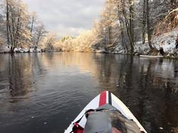 Irklentėmis žiemiška upe