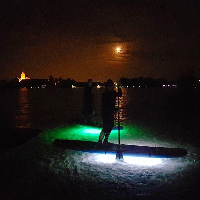 Vidurnakčio  plaukimas irklentėmis