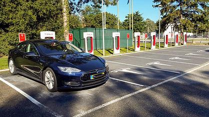 Elektroauto_Tesla_Ladestation_(299185627