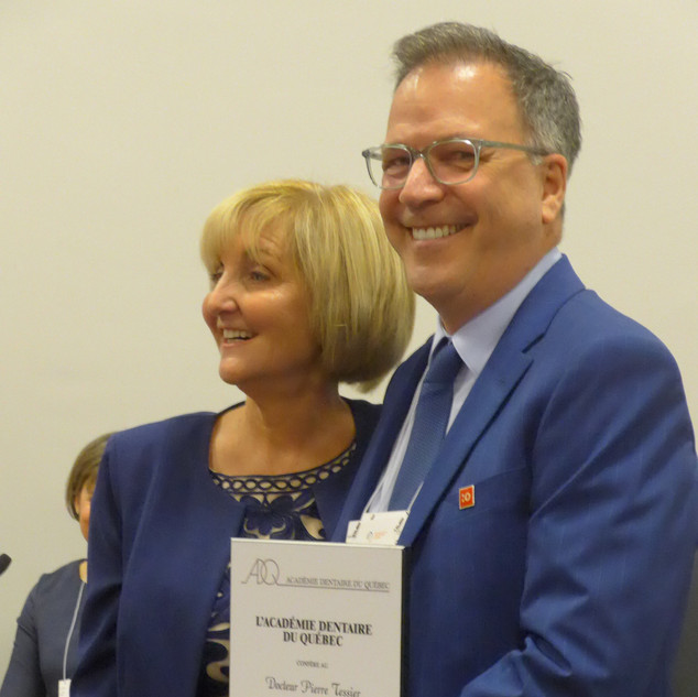 Dre Diane Legault remet la plaque honorifique au Dr Pierre Tessier, Nouveau Fellow 2019, lors de l'assemblée générale de l'ADQ