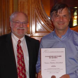 Dr André Prévost remet la plaque honorifique au Dr Matthieu Schmittbuhl, Nouveau Fellow 2019