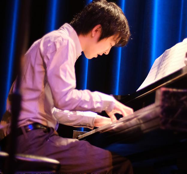 Takumi Kakimoto playing piano