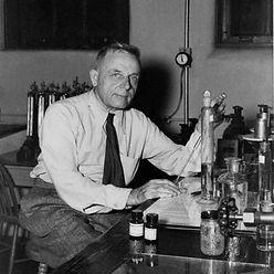 Otto-Warburg-in-his-laboratory-date-unkn