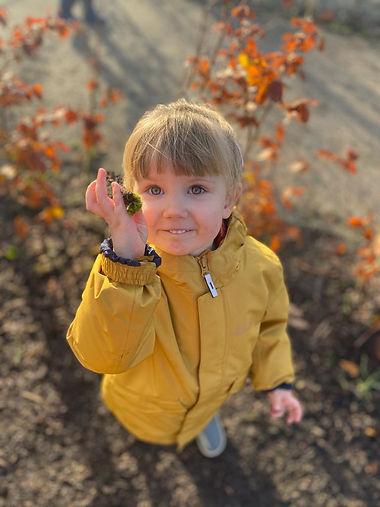 kind buiten gele jas 1.jpg