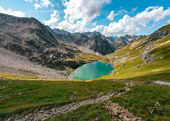 kühler Ausblick auf einen Bergsee in den Alpen