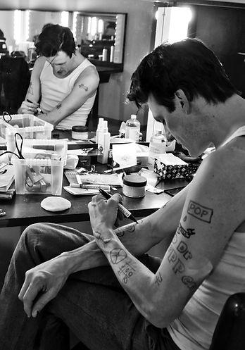 Stefan Rokebrand acteur Herman Brood tattoo dr pepper pop lola kleedkamer actor prepares zanger