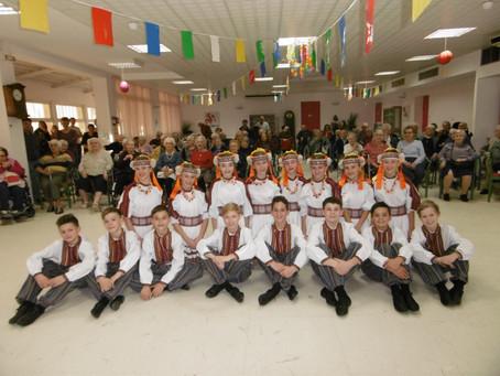 LA TROUPE des « JOYEUX PETITS SOULIERS D'UKRAINE» en visite chez nos Aînés.