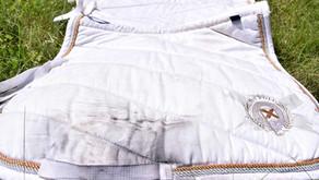 Comment nettoyer un tapis blanc d'équitation et le retrouver comme neuf ?