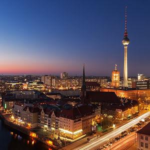 berliner-fernsehturm-bei-nacht.jpg