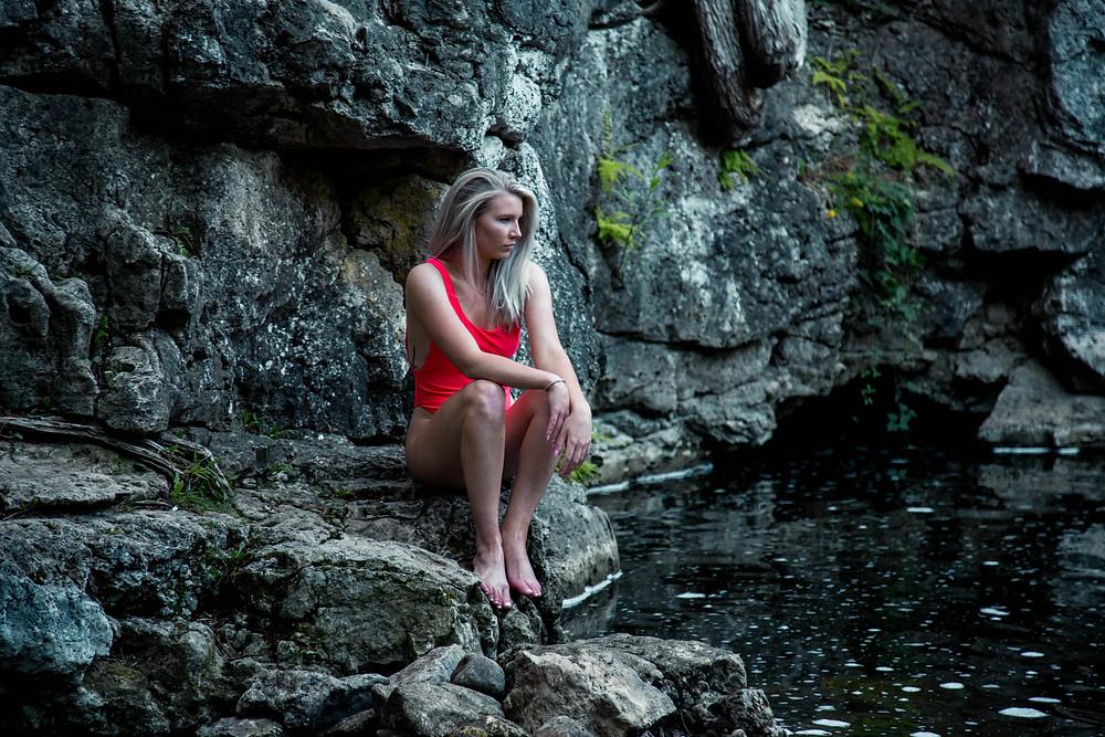 Mujer segura en piscinas de rocas