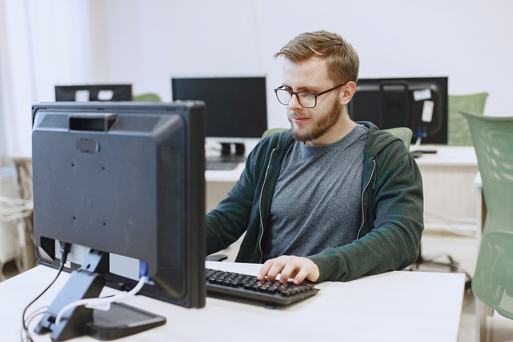 Hombre estudiando master en Information Technology (IT)