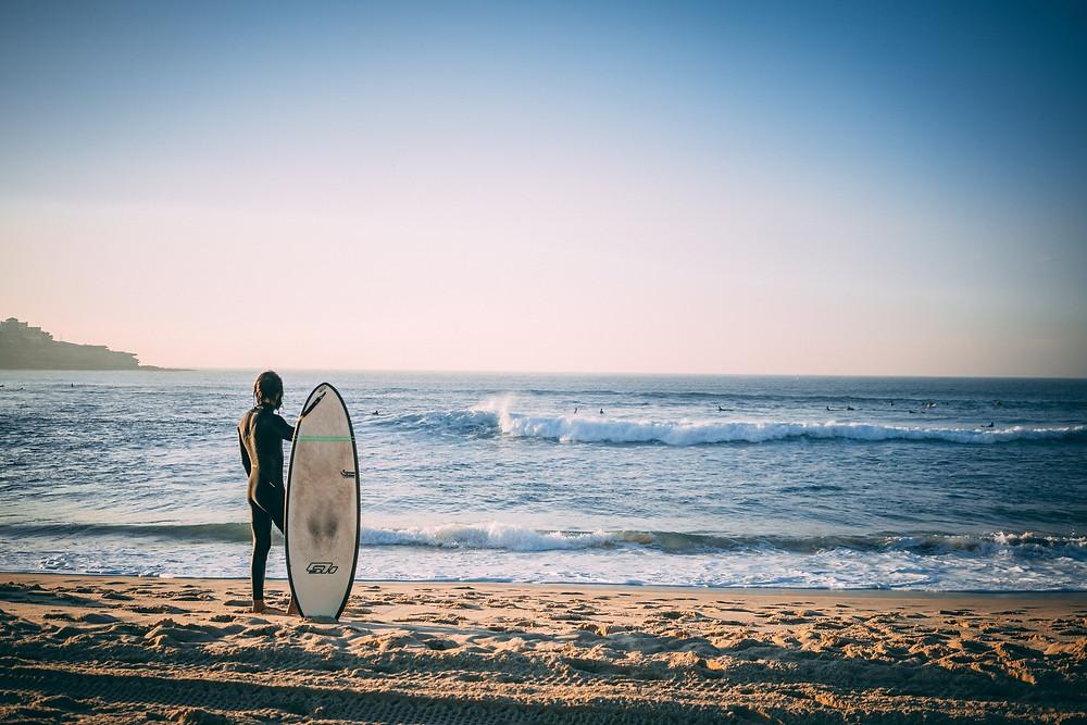Surfer seguro en playa