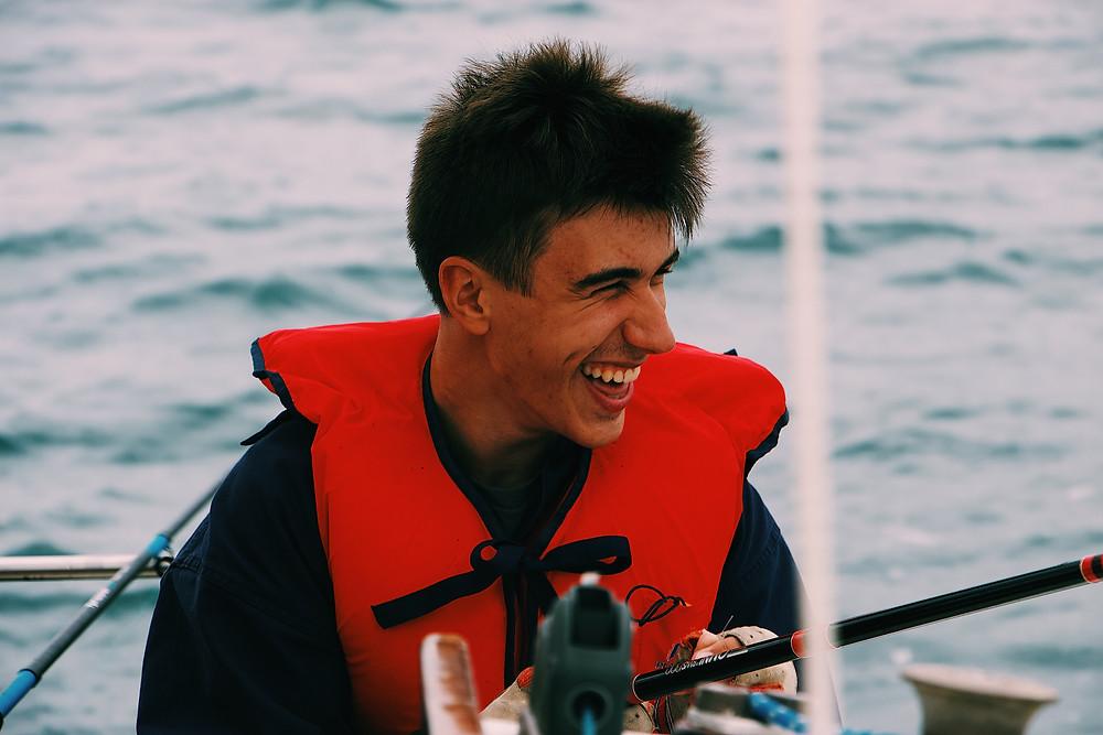 Joven pescando con chaleco salvavidas
