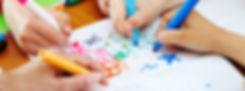 Enfants et adolescent qui dessinent en couleurs