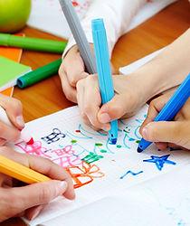 Kleinkinder malen Bilder im Sprachunterricht.