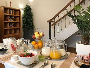Ontbijt bij B&B Reeburg in Oostkapelle met vers fruit en vruchtensap.