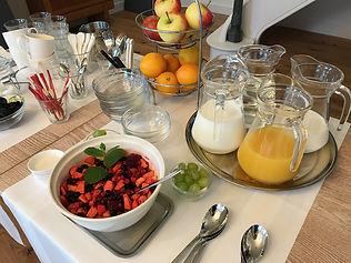 Ontbijt met vers fruit, fruit en vruchtensappen bij B&B Reeburg in Oostkapelle