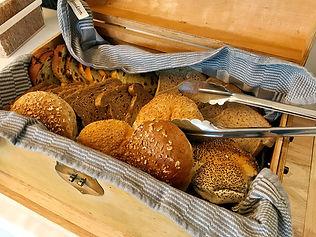 Heerlijk verse broodjes bij het ontbijt bij B&B Reeburg.