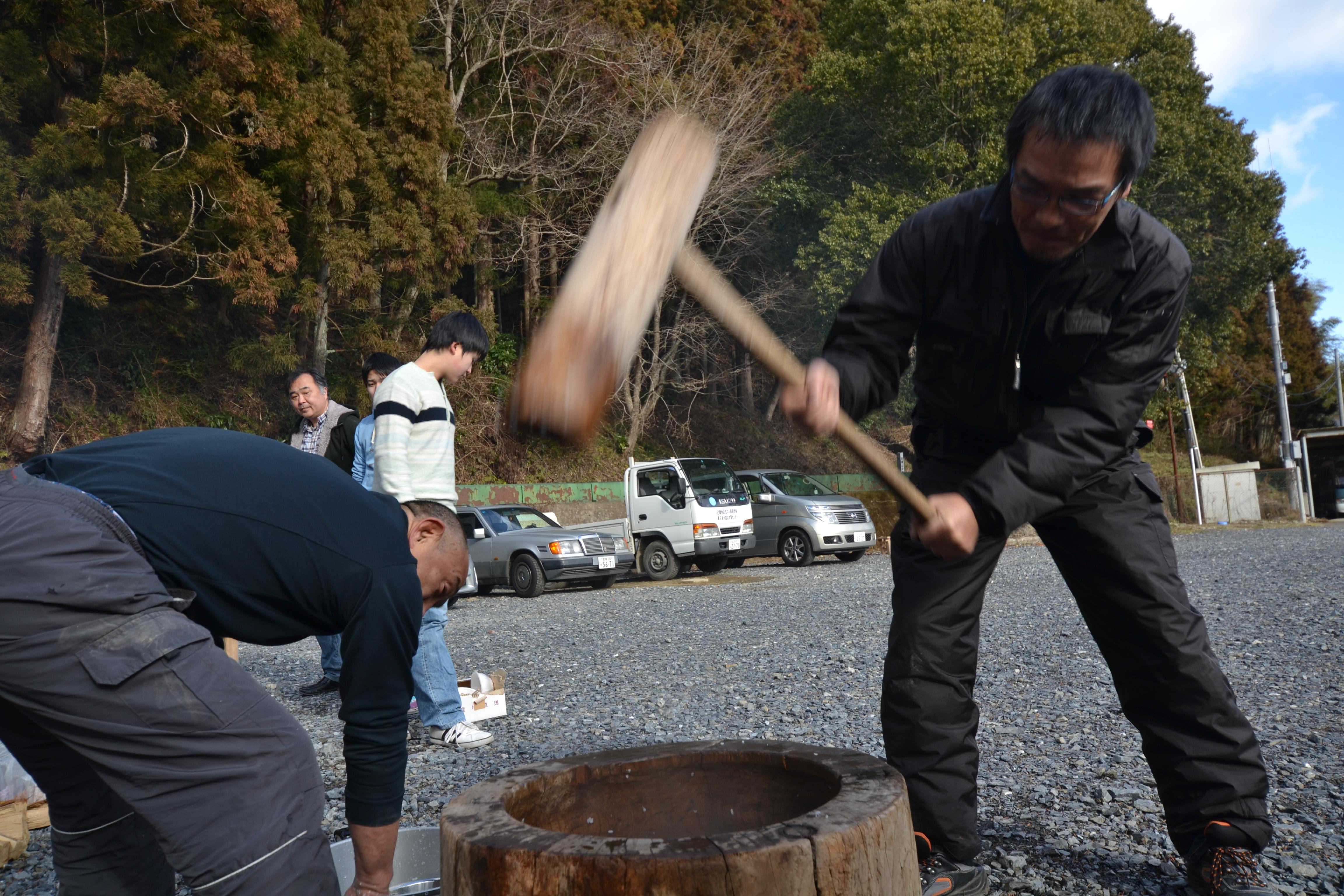 minamisinriku new years survivors make traditional mochi cakes.JPG
