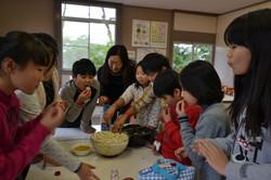 Nenoshiroishi students make popcorn linda.JPG