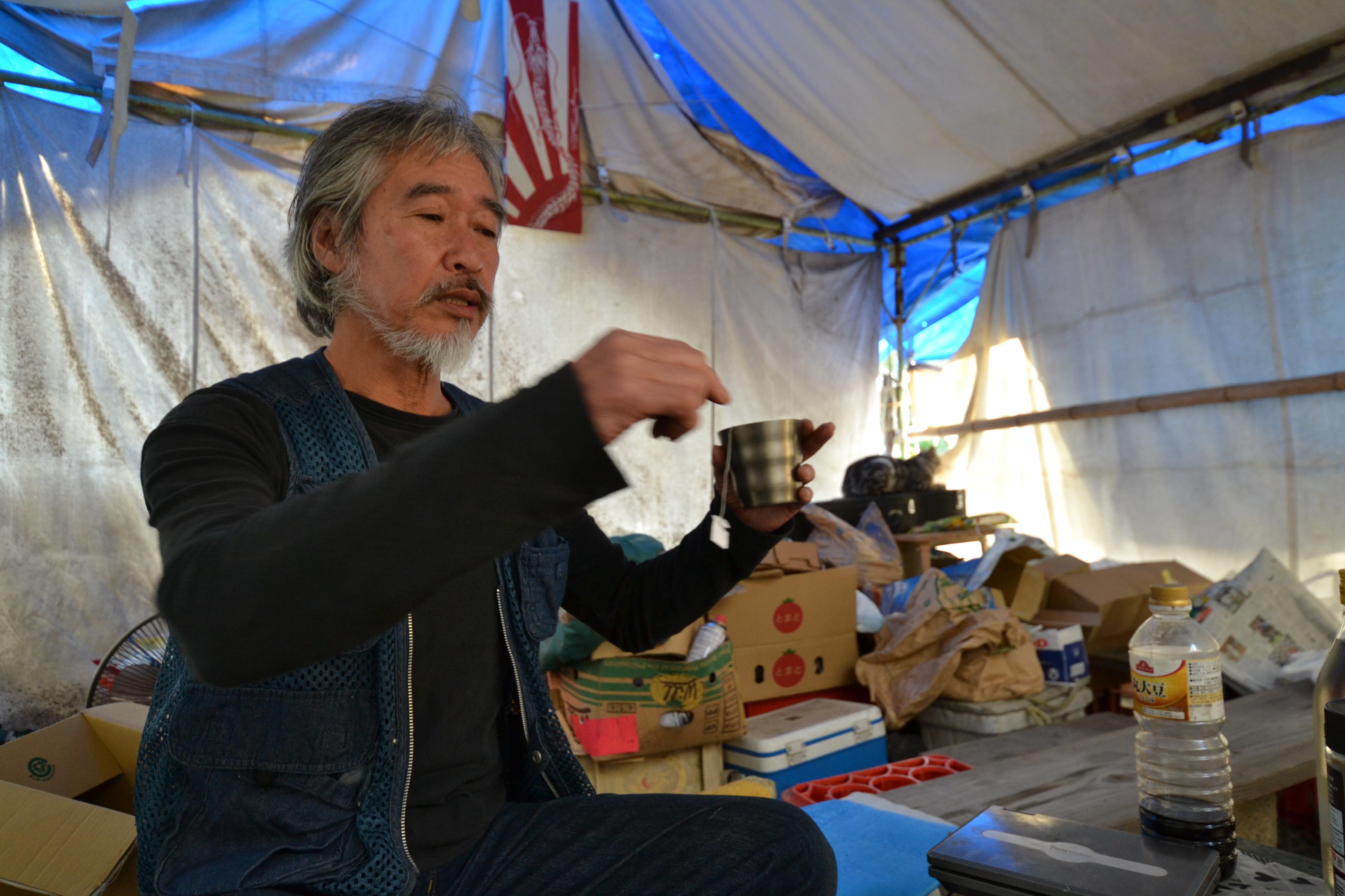 odaka kenji makes tea in tent.JPG