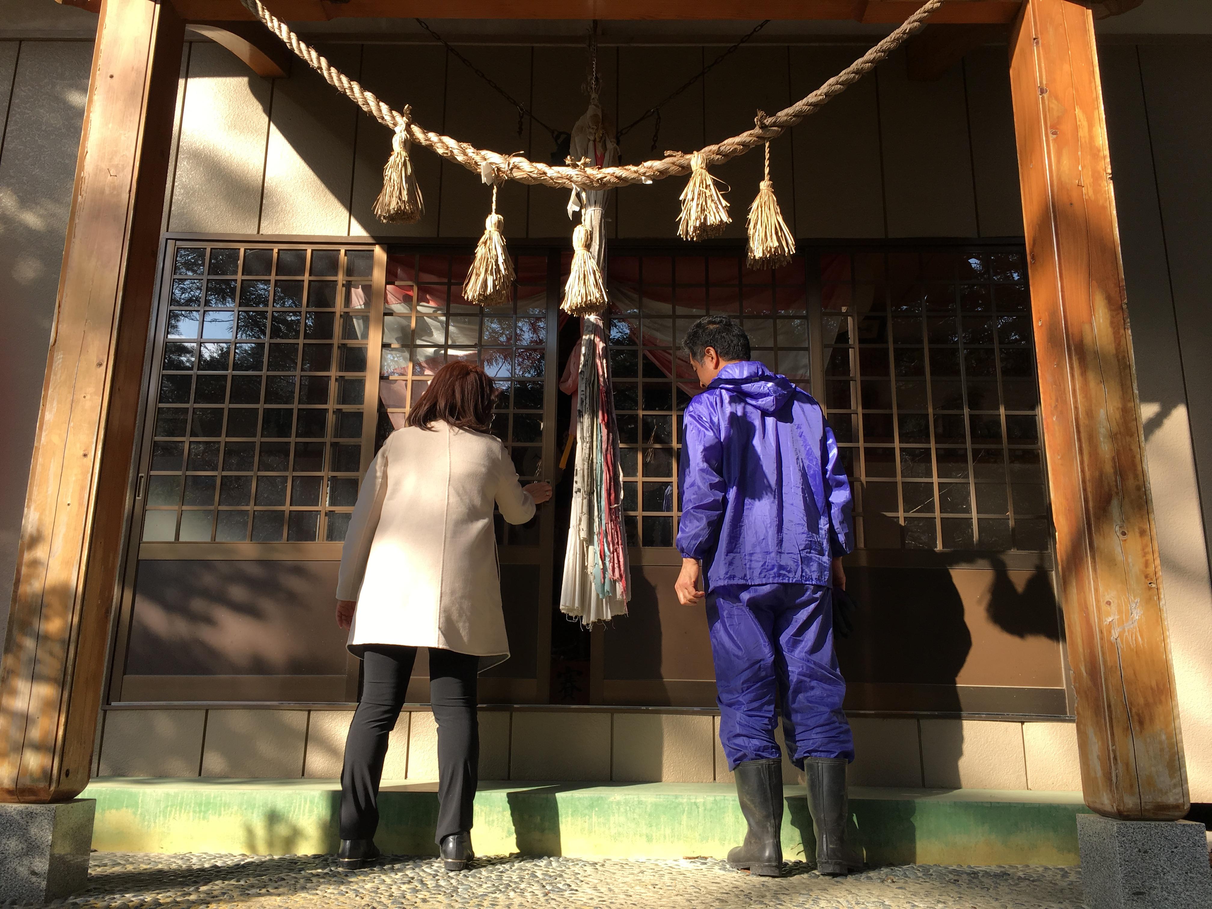 otsuchi kanako and husband at family shrine 2016.JPG