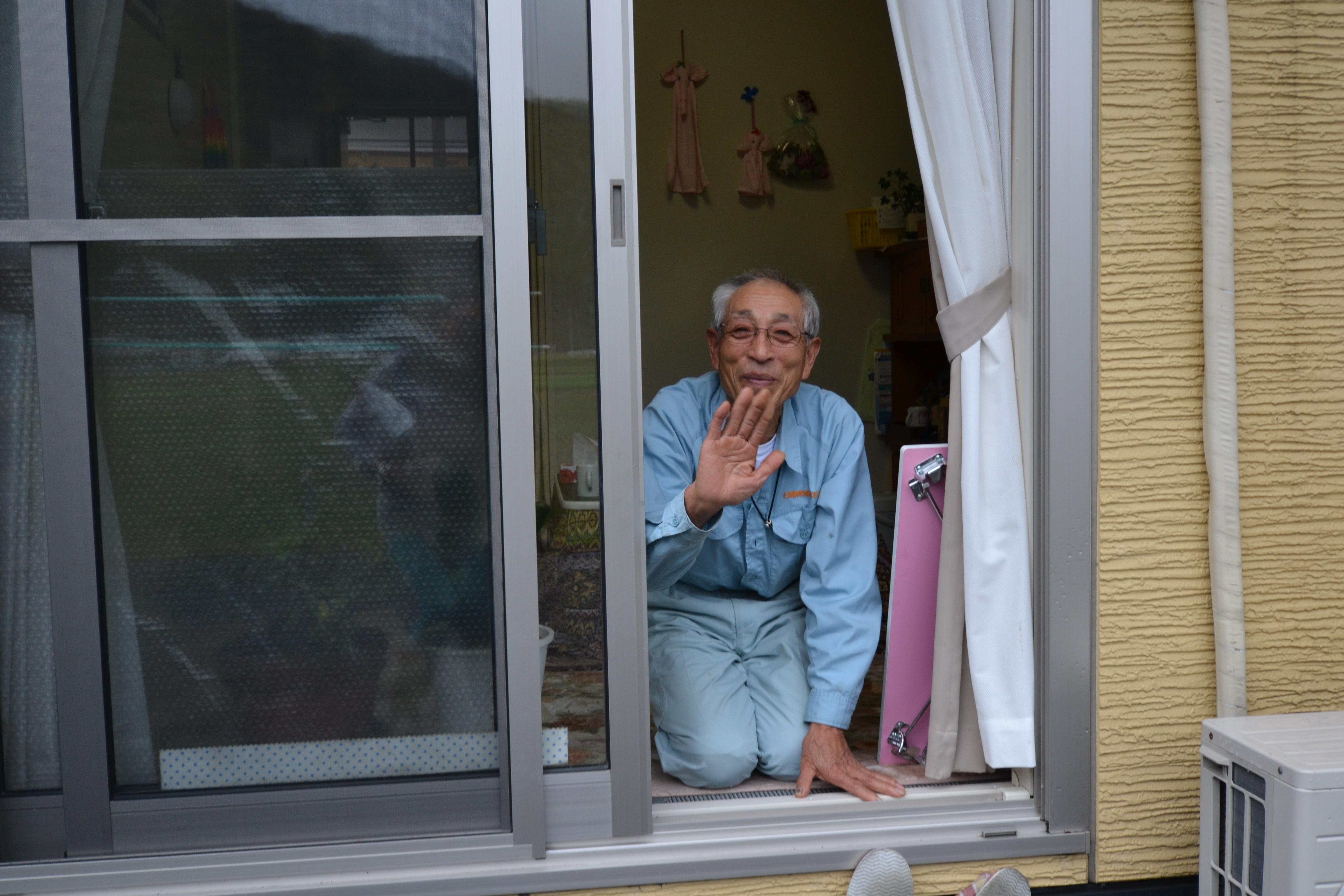 otsuchi grandpa kasetsu door goodbye.JPG