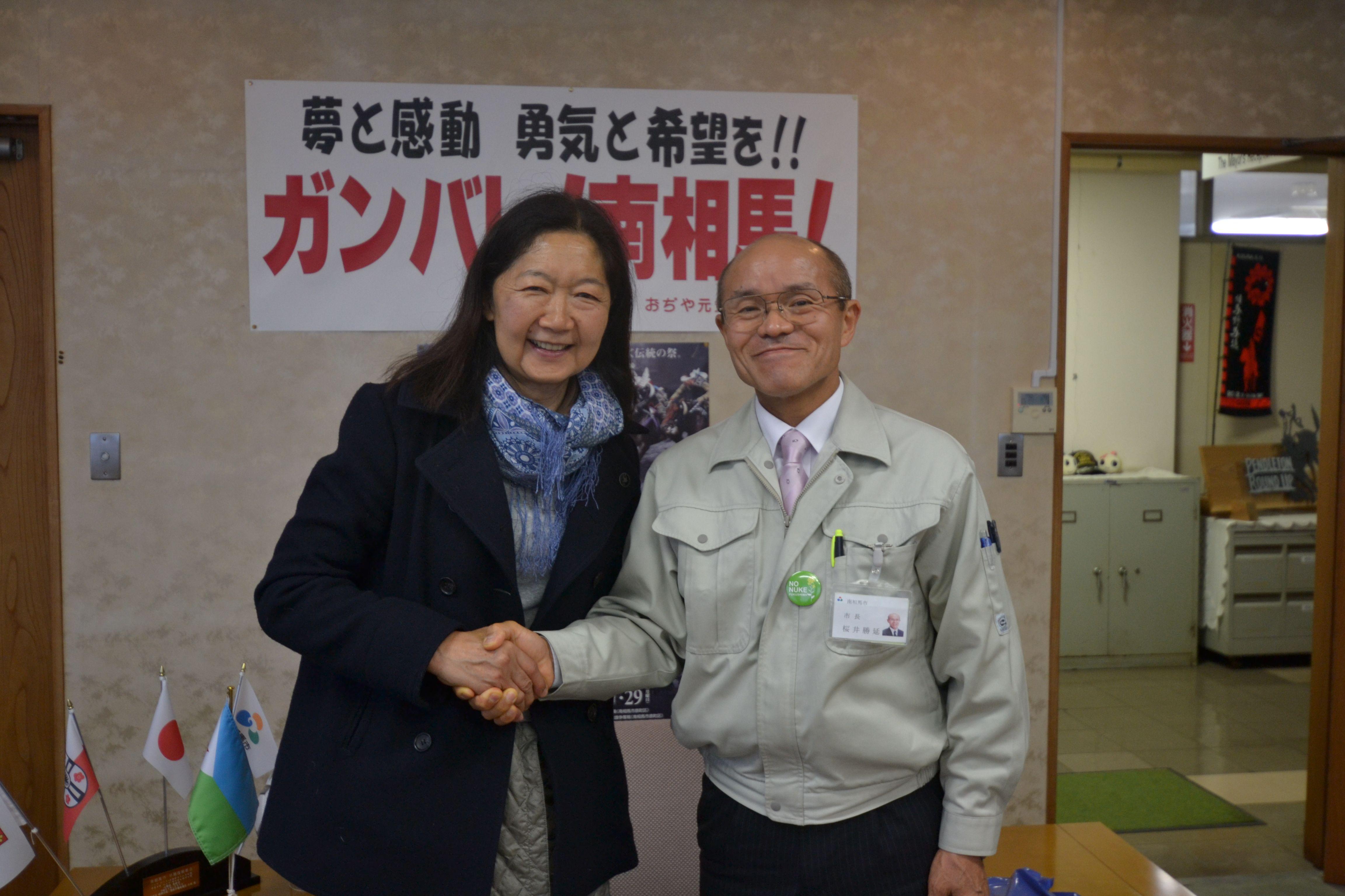 minamisoma mayor sakurai shakes hand with linda.jpg