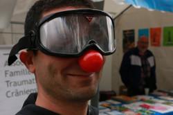 Un passant amusé par nos lunettes
