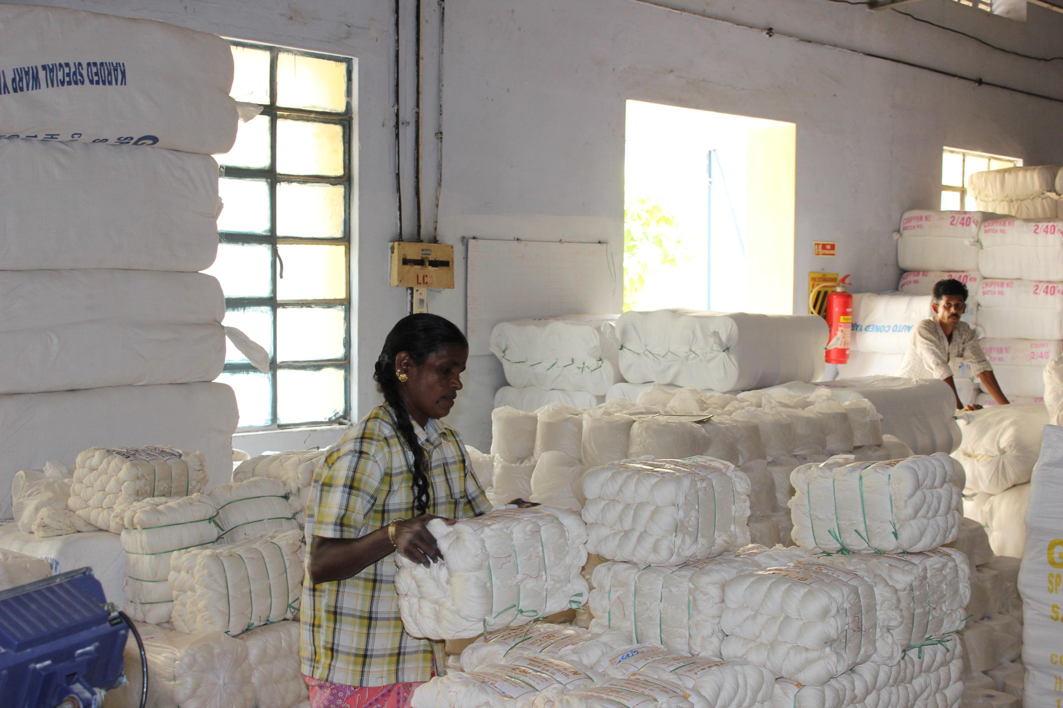 フェアトレードコットンの綿糸の整理作業