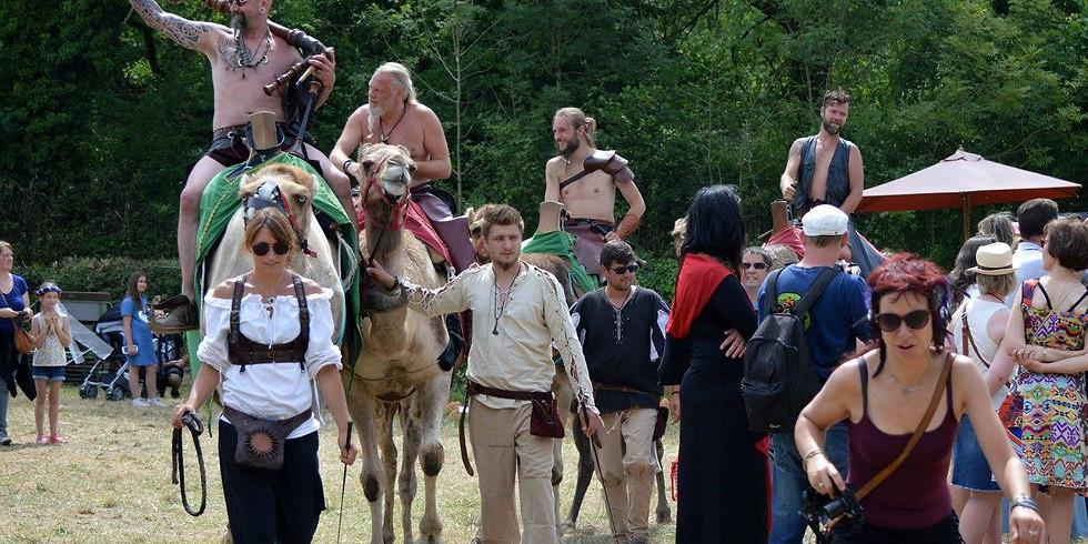 Baptême à dos de dromadaire pendant la fête médiévale