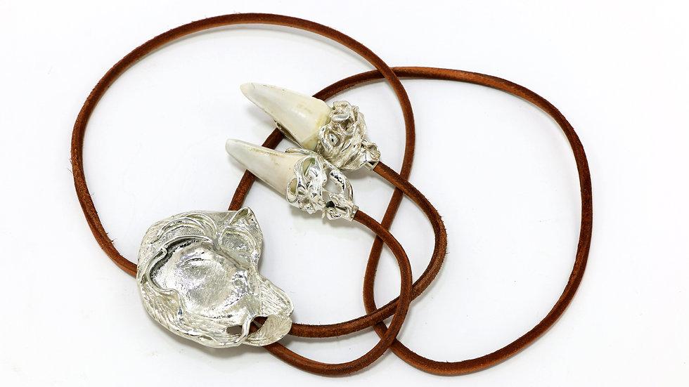 305€ - Gravata de prata em formato de leão e dentes de leoa