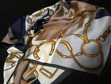 Foulard Soie Motif Chaine Bleu Gris.jpg